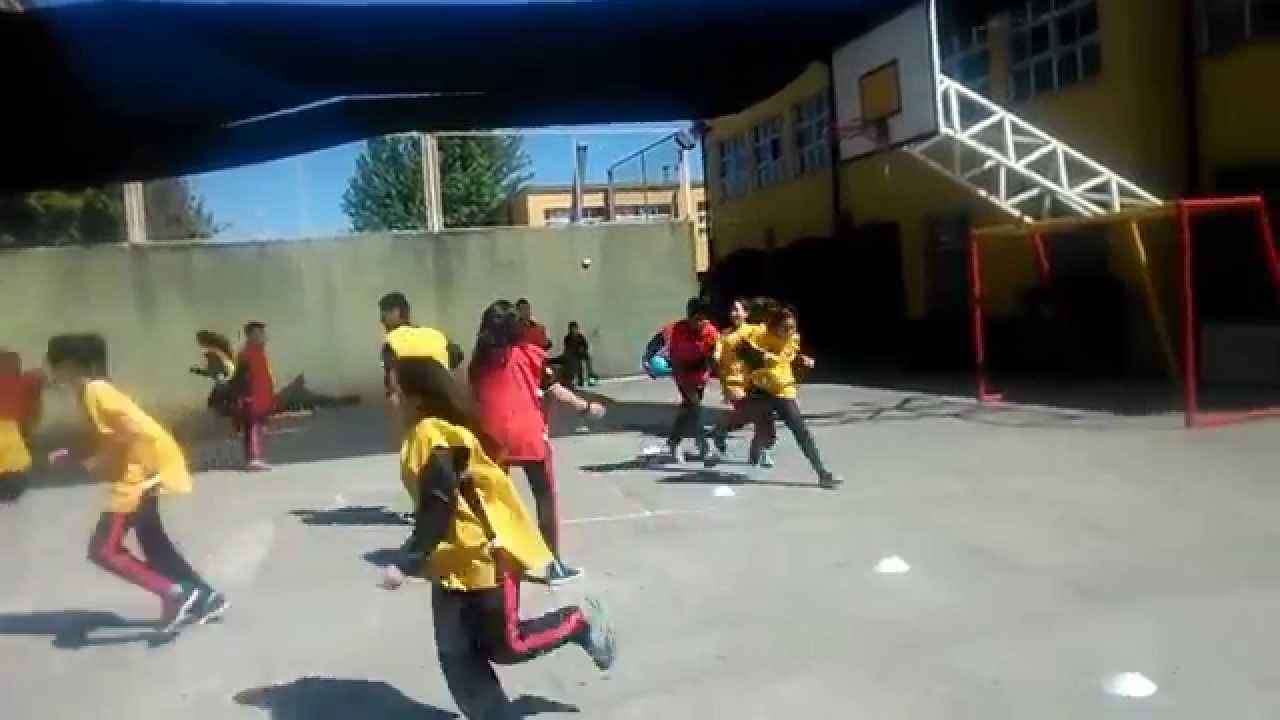 Juegos educaci n f sica el bal n que persigue youtube for Balon fuera de juego
