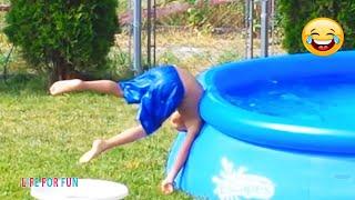 Смешные видео 2020 ● Самые Смешные дети играют с бассейнами и водой - смешные моменты из жизни детей