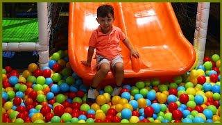 Çocuklar İçin Oyun Alanına Gittik, Top Havuzuna Girdik Kaydıraktan Kaydık | Çocuk videosu
