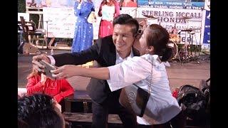 Viet Khang Giut Minh khi Duoc Cô Gái Houston Hôn.
