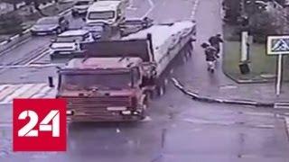 Грузовик без тормозов разгромил улицу и едва не сбил пешеходов в Геленджике - Россия 24