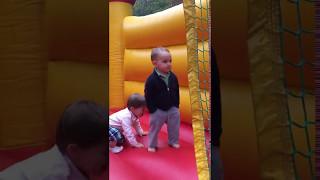 Oyun Parkında Oynarken Tarzından Ödün Vermeyen Cool Çocuk