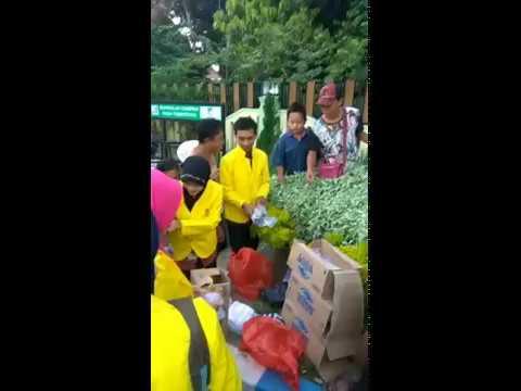 Mahasiswa UT Pokjar Kabupaten Kediri Bagikan Takjil Gratis