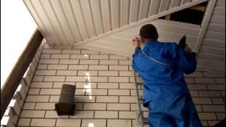 видео Потолочный сайдинг: как подшить на кухне, фото металлического для ванной и дизайн