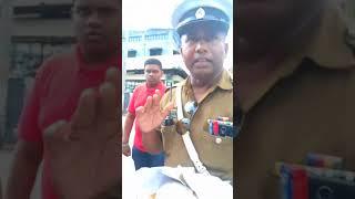 SRI LANKA POLICE - පොලිසියේ මහත්තයා නිතිය කතා කරන්න ගිහින් කිච වුනේ මෙහෙමයි .