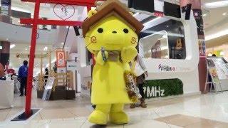 タンバリン芸人ゴンゾー並みの技を披露するしまねっこ。 エミフルMASAKI.