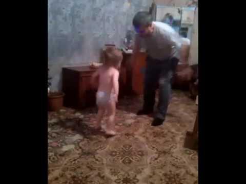 Седой дед вылизал молодую попку внучки во время инцеста