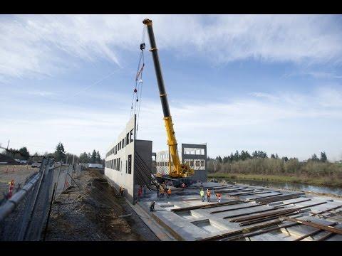 600-ton hydraulic crane lifts concrete walls
