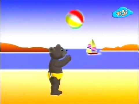 Бурый медвежонок играет с мячом