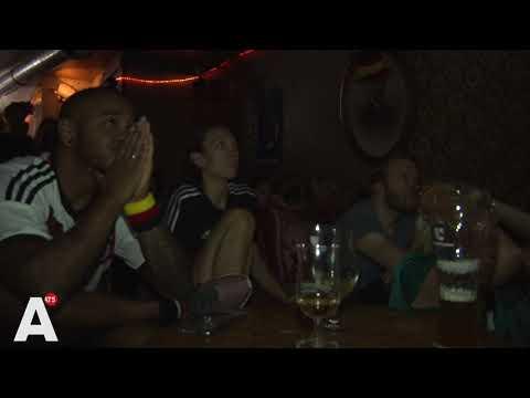 Duitse supporters verlaten de wedstrijd al voor het einde - KIJKEN NAAR KOPPEN