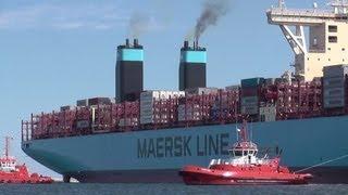 Wielki kontenerowiec opuszcza port.World's Largest Container Ship leaving Gdańsk.