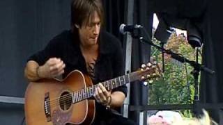 Watch Keith Urban Kiss A Girl video