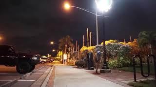 Sokak Lambasına Tırmanıp Barfiks çeken Kız