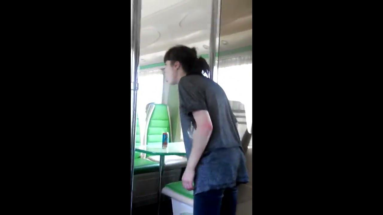 видео прижимание в купе вагона