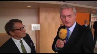 Carl Bildt snor micken i direktsändning