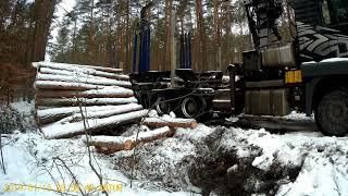 Zima, załadunek drewna transport Leśny