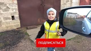 Малыш и сонный папа играет с машиной в автосервис и прикручивает большие колёса Видео для детей