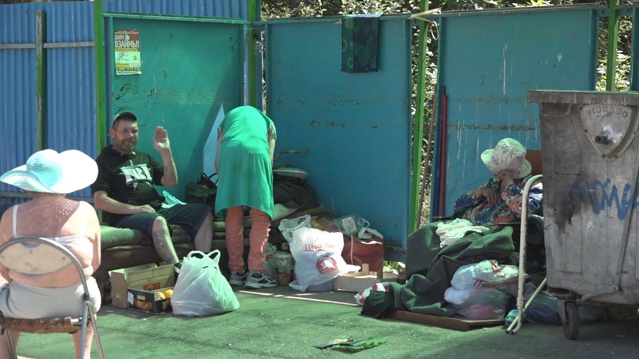 Девушек бомжиха отсосала за мусорной свалкой телочки