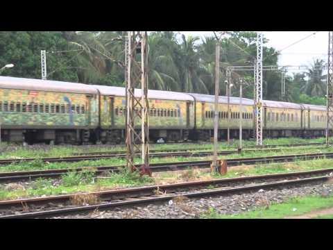 Yesvantpur-Howrah Duronto Express creeps into Mecheda with a SRC based WAP-4 loco in lead..!!!!