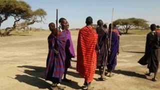 マサイ族の村を訪問。歓迎の歌を歌ってくれました。
