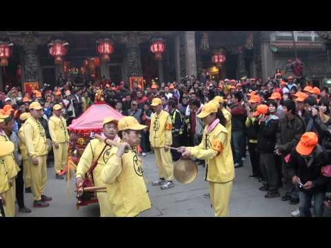 20120211 白沙屯媽祖衝進大甲鎮瀾宮廣場 停駕時現場歡聲雷動