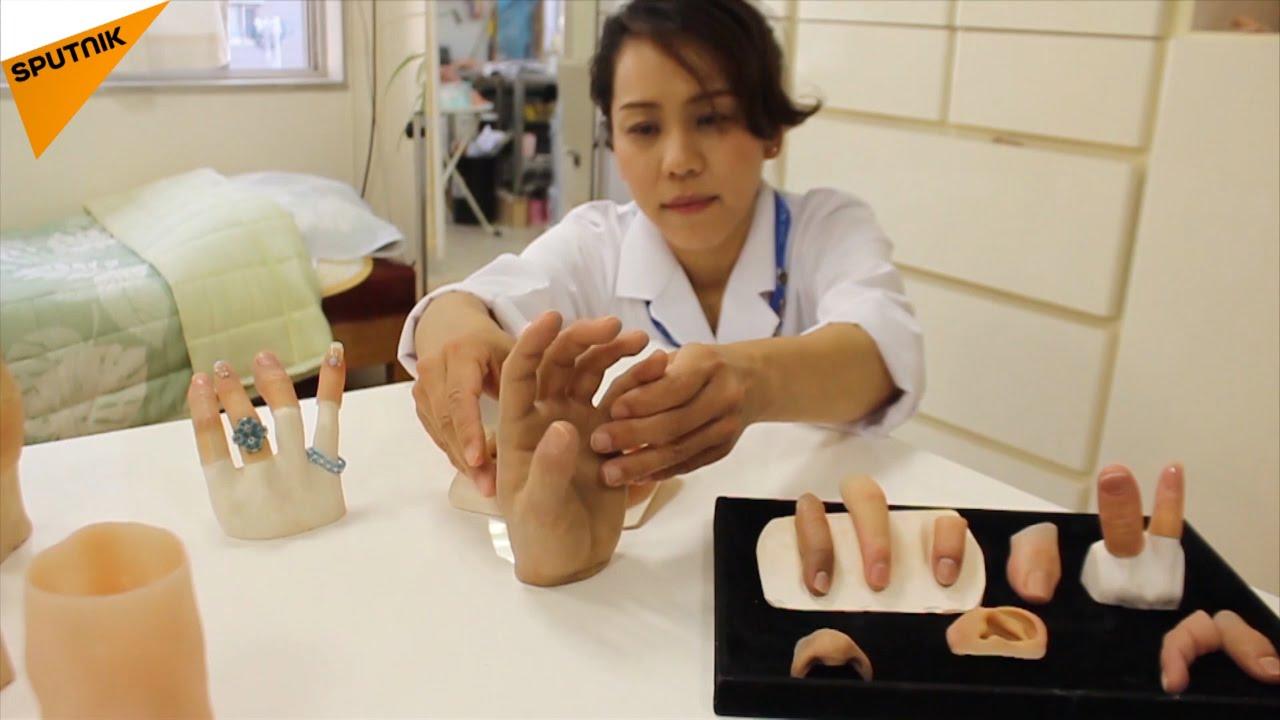 元暴力団員のために偽指を作る女性