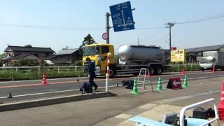 箱乗りする警察官5月28日交通死亡事故の現場検証(新潟県三条市)