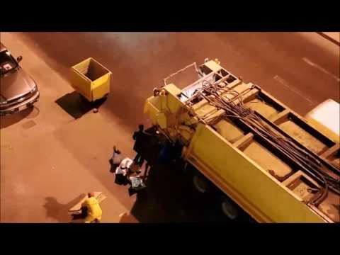 Careless Garbage collectors in Salmiya, Kuwait - Dauer: 3 Minuten, 29 Sekunden