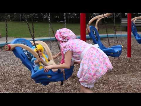 Las 2 Muñecas Jugando en el Parque