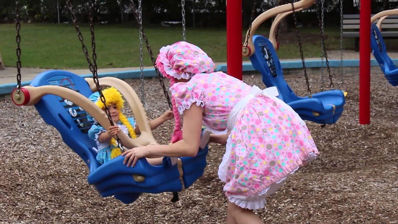 las 2 mu u00f1ecas jugando en el parque