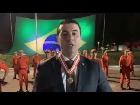 Recebendo a Medalha de Honra e o Diploma Comendador