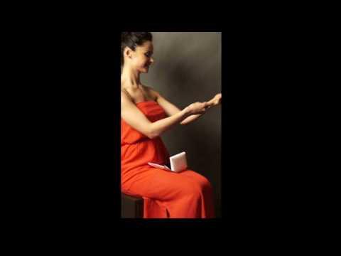 Девушка в красном платье сидит на корточках