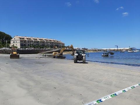 Retiran una excavadora del mar en la playa de Canido