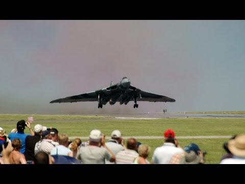 AVRO VULCAN XH558 HOWLING AS SHE TAKES OFF & SETS OFF CARALARMS!!!