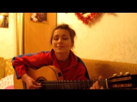 девочка поет и играет на гитаре красиво!