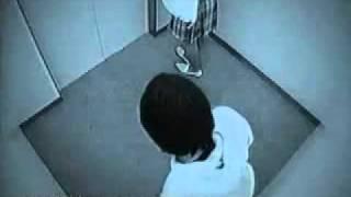 كاميرا خفية ترصد شاب وشابة داخل المصعد !!!