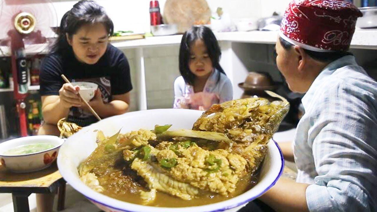 苗大姐做海虾海鱼给爸妈吃,鱼都给炒糊了,味道确是一绝,太香了!【苗阿朵美食】