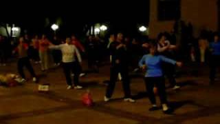 Cha-la-la-la-la  Baile en una plaza en china