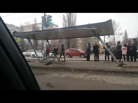 В Воронеже остановка накренилась после ДТП