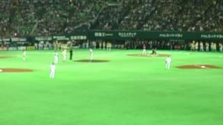 ゴールデンボンバー樽美酒研二さんの始球式です。