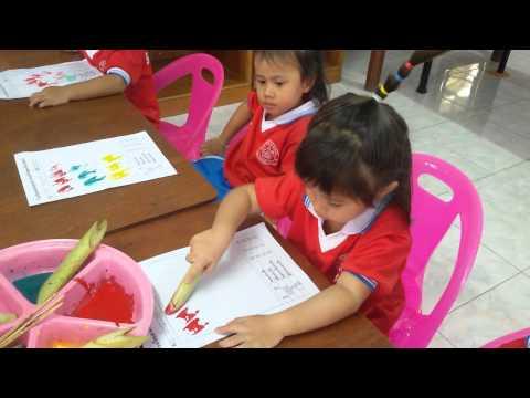 เด็กอนุบาลพิมพ์ภาพสีน้ำ จากก้านกล้วย