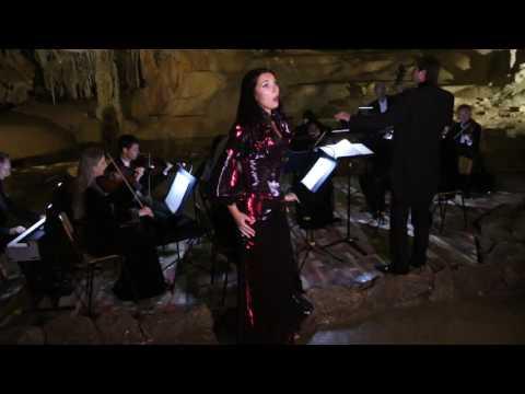 Солистка Крымской филармонии поет в Мраморной пещере