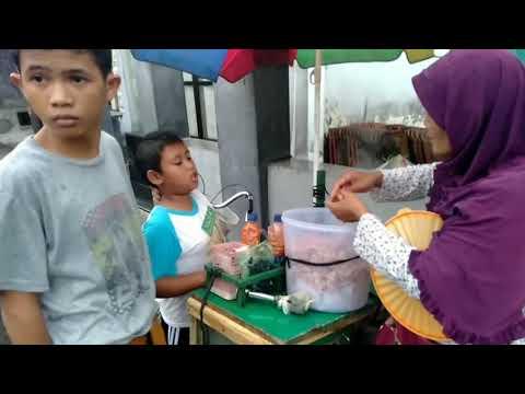 Ajeng Aprilia Irawan, masih berumur 9 tahun asal Malang, menempuh jarak 18 km untuk berjualan goreng.