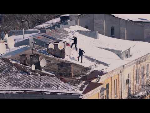 Чудовий сонячний день для чищення снігу з дахів у Києві