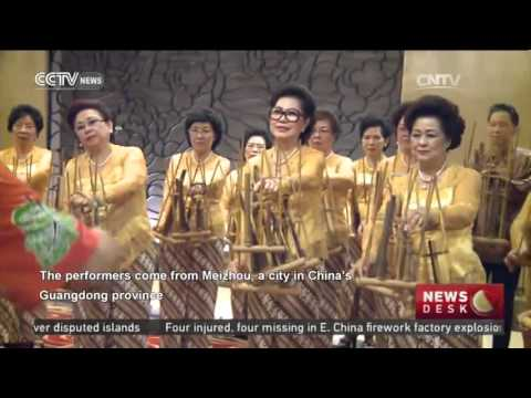 Chinese Indonesians form Angklung orchestra
