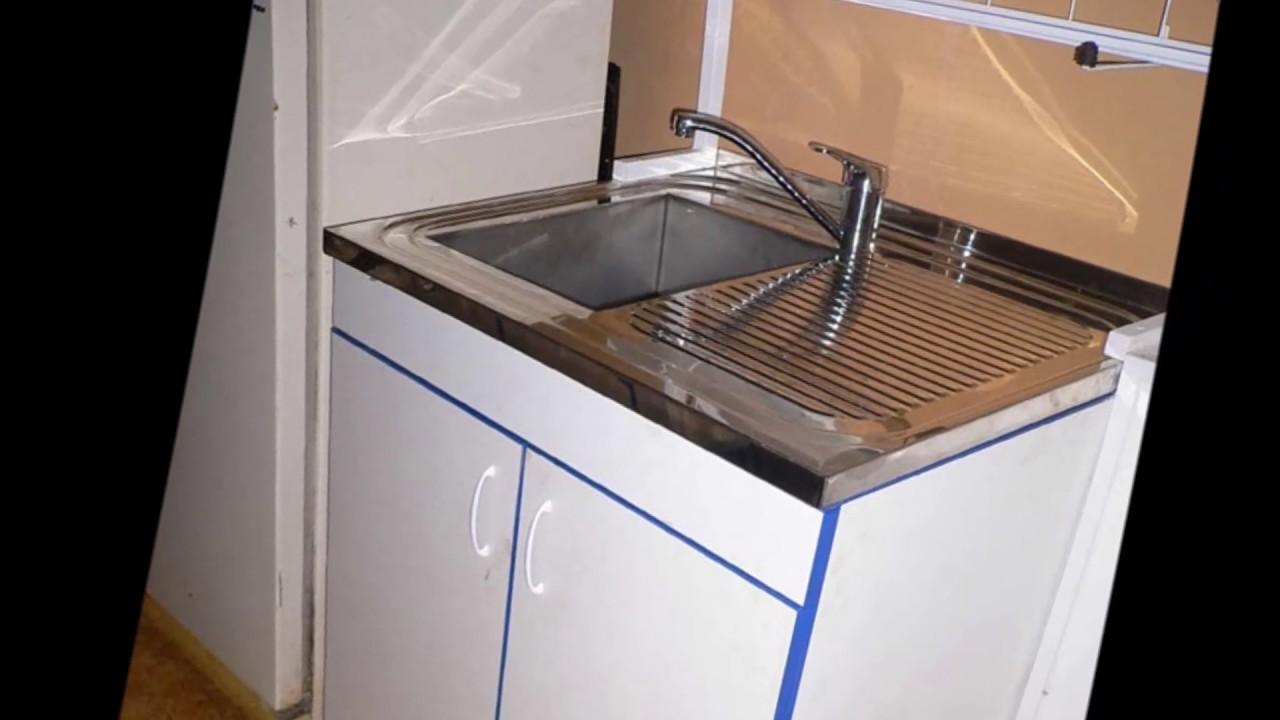 Установка врезной кухонной мойки из фрагранита и смесителя .
