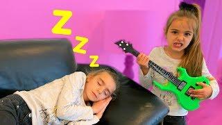 Las Ratitas Claudia despierta a Gisele tocando instrumentos de musicales de juguetes
