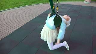 А вы умеете так КАЧАТЬСЯ на качели ! Алиса играет на детской площадке / Мими Лисса