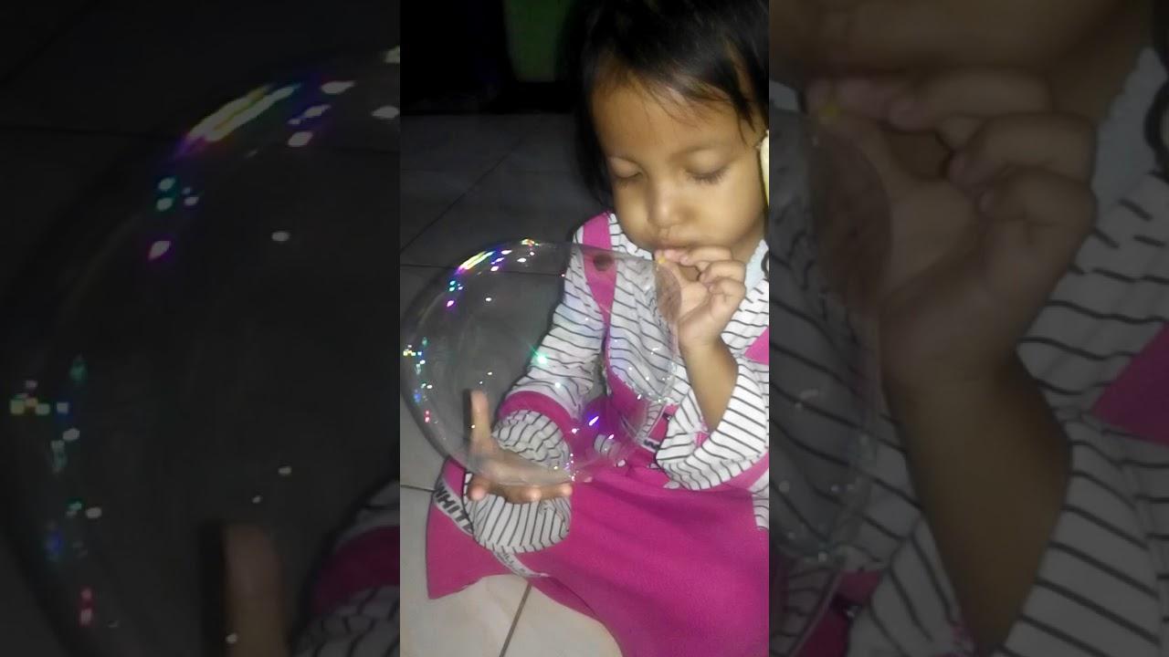 Syalsha niup balon(2)