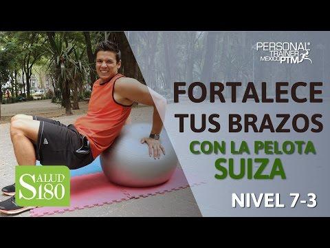 ¿Cómo fortalecer tus brazos con la pelota suiza? | Salud180